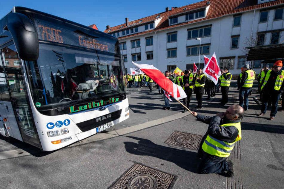 In Reutlingen fällt Mitte Februar ein Demonstrant am Bahnhof vor einem ankommenden Bus auf die Knie.