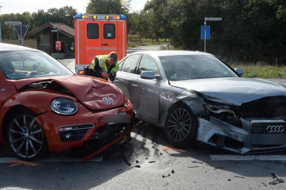 Vier Verletzte bei Frontal-Crash: Audi kracht mit Beetle zusammen