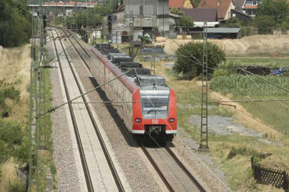 Die Frau rannte einfach auf die Gleise. Der Zug konnte nicht mehr rechtzeitig bremsen. (Symbolbild)