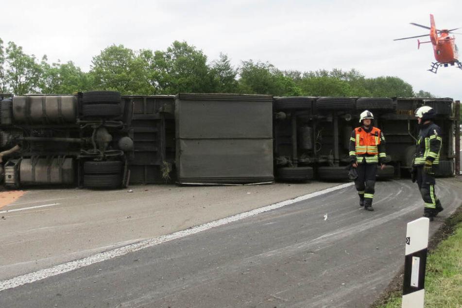 Der Lastwagen lag nach dem Unfall quer zur Fahrbahn.