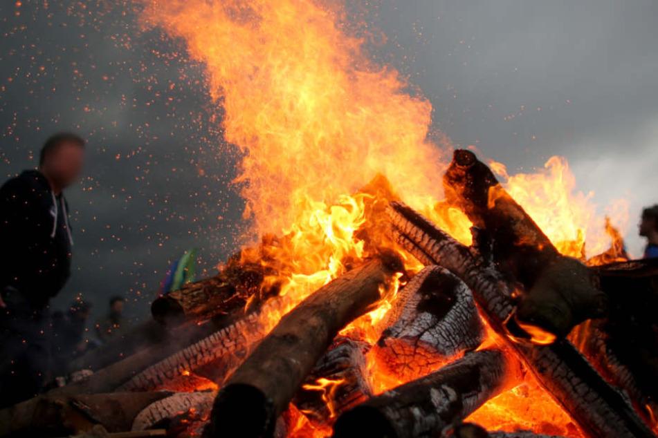 Mit Benzin entfachte der Kleingärtner ein Feuer – was ihm teuer zu stehen kam (Symbolfoto).