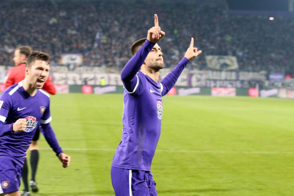 Da gingen die Zeigefeinger hoch: Dimitrij Nazarov feiert seinen verwandelten Elfer gegen St. Pauli.