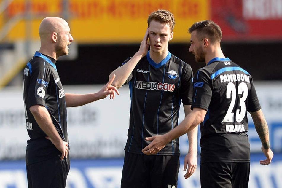 Auch die Spieler Tim Sebastian (li.), Sebastian Schonlau und Robin Krauße (re.) haben viel Gesprächsstoff nach der Niederlage.