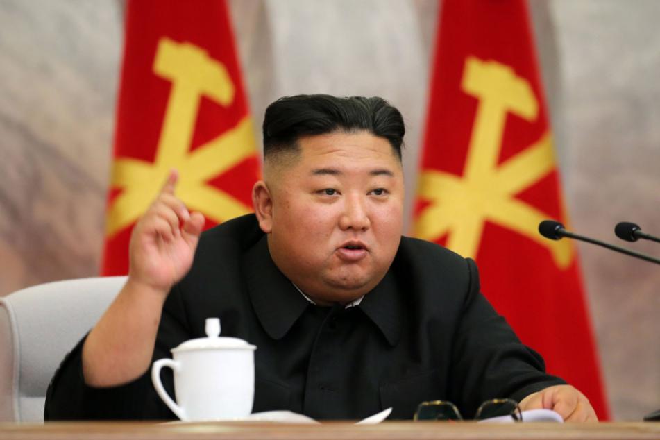 Dieses undatierte Foto zeigt Machthaber Kim Jong-un während eines Treffens der Militärkommission der Arbeiterpartei.