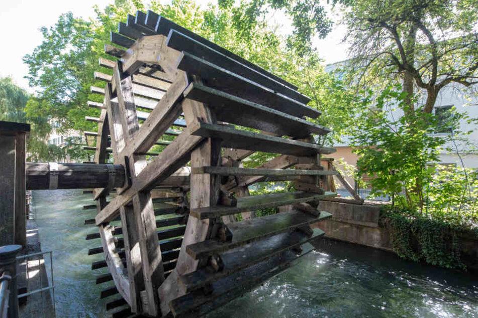 Am Schwalllech dreht sich ein Wasserrad.