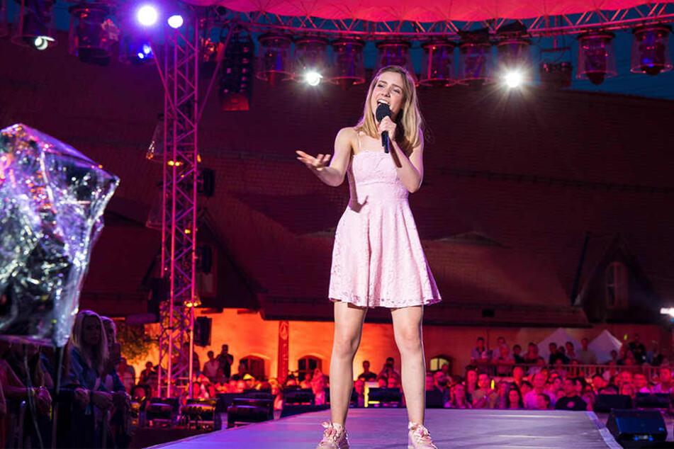 """Marie Wegener (16) auf der großen Schlagerbühne: Sie durfte ihren Song """"Königlich"""" bei den """"Schlagern des Sommers"""" präsentieren."""