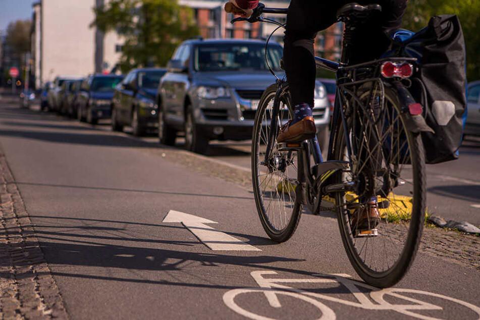 Weil die Autofahrerin den Radweg blockierte, rastete der 50-Jährige aus. (Symbolbild)