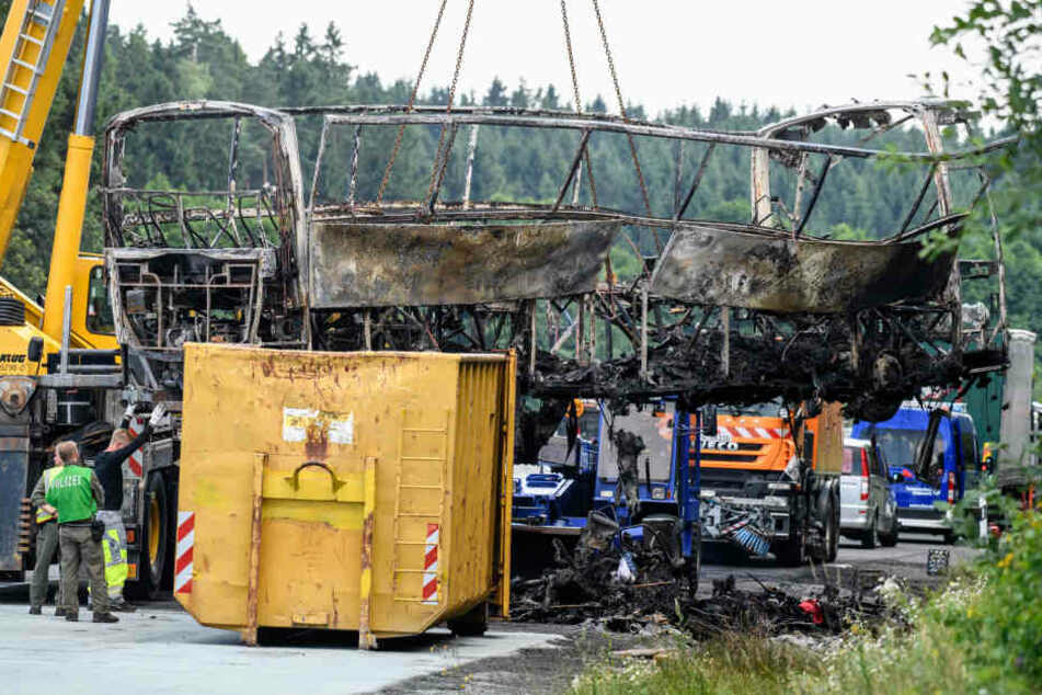 Der Bus brannte bei dem Unfall vollkommen aus, 18 Menschen kamen dabei ums Leben.