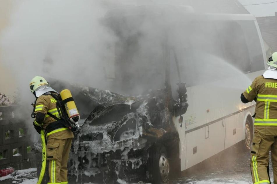 Während der Fahrt hat dieser Linienbus in Gornewitz (Landkreis Leipzig) Feuer gefangen.