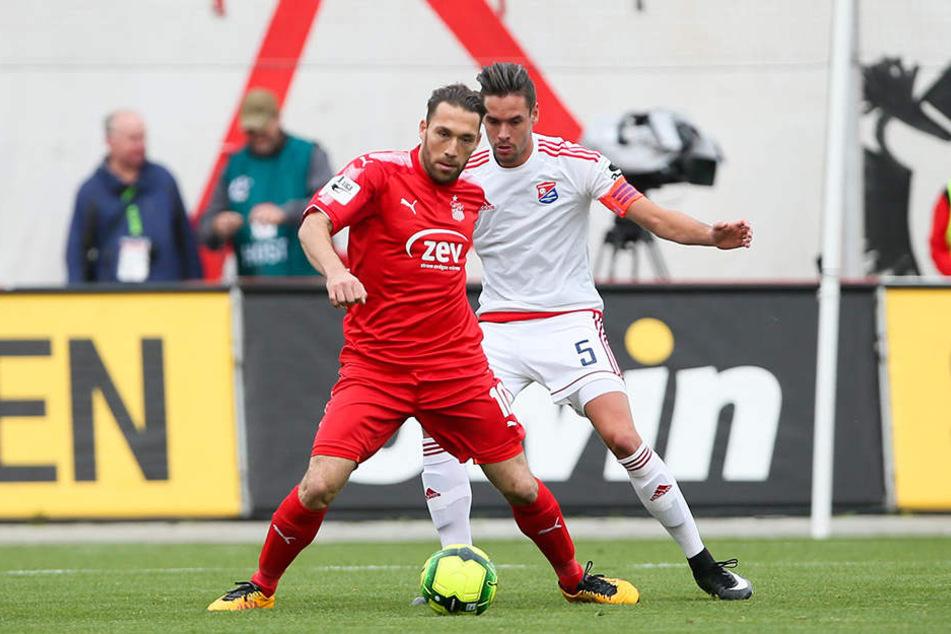 Aykut Öztürk lässt den Unterhachinger Josef Weltmüller nicht an den Ball.