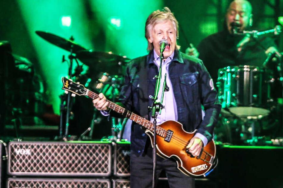 Sänger Paul McCartney tritt bei einem Konzert im Couto Pereira Stadion in Curitiba auf.