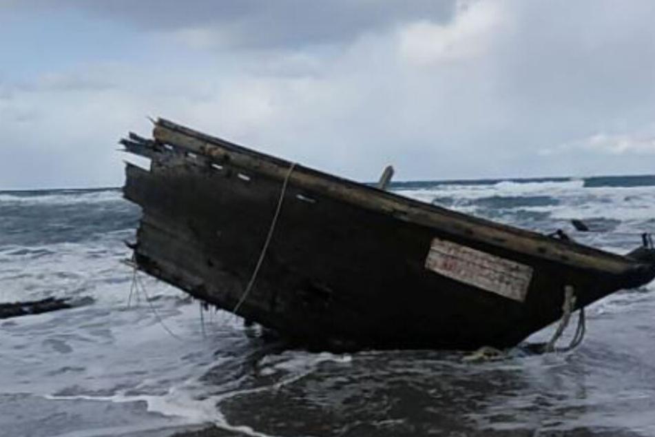 Immer wieder werden Boote an der japanischen Küste angespült.