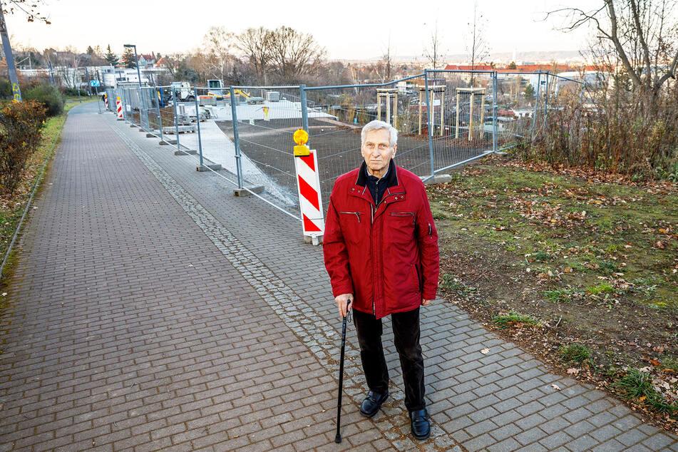 Trümmerbahn-Heizer Hans-Jürgen Werner (87) am Standort des neuen Denkmals.