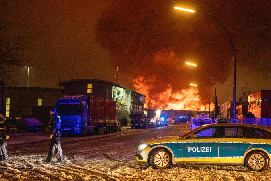 Ein riesiger Rauchpilz steigt in Hamburg-Wilhelmsburg auf.