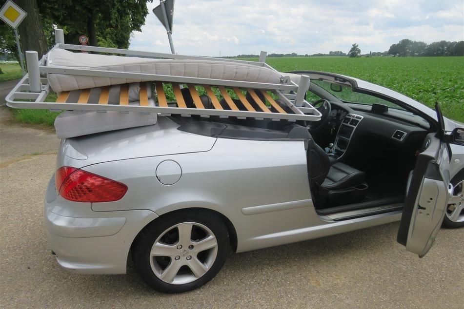 """Die Ladung lag lose in dem Peugeot-Cabrio und wurde lediglich durch den vollen Körpereinsatz des 48-jährigen Fahrers """"gesichert""""."""
