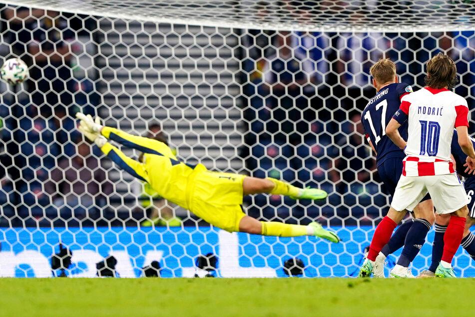 Traumtor! Luka Modric (r.) schlenzt Kroatien mit seinem rechten Außenrist mit 2:1 in Führung.