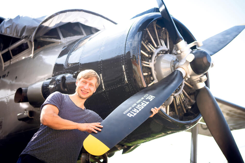 Erik Herbert (33) hat sich die Antonov in Sebnitz in den Garten gestellt, ausgebaut und vermietet den Flieger nun als Ferienwohnung.
