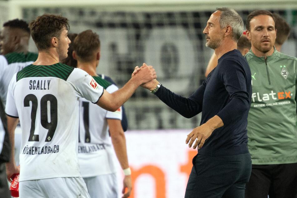 Borussia-Coach Adi Hütter (51, 2.v.r.) klatscht mit Joe Scally (18, 2.v.l.) ab. Zuvor war es das gute Händchen Hütters, das den Sieg beschert hat.