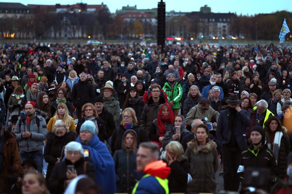 Menschen stehen bei einer Demonstration gegen die Corona-Maßnahmen auf der Theresienwiese.