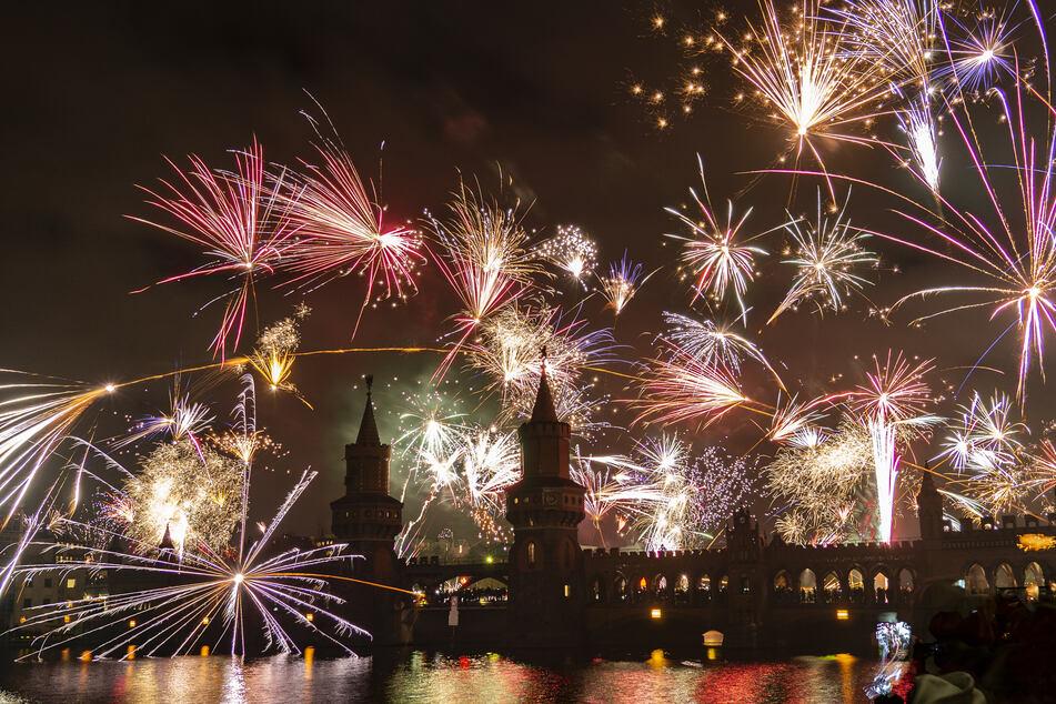 Berlin: Ein Feuerwerk entlädt sich über der Oberbaumbrücke während der Neujahrsfeier.