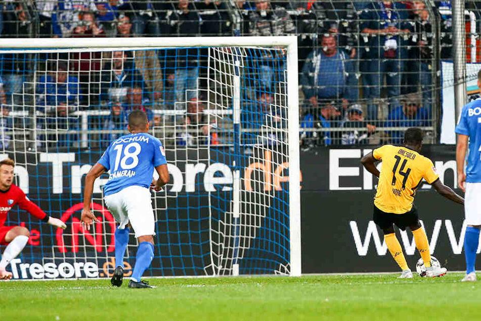 Die entscheidende Szene des Hinspiels in Bochum: Moussa Koné (Nr. 14) trifft in der 39. Minute per Handelfmeter gegen VfL-Keeper Manuel Riemann zum 1:0-Siegtor für Dynamo. Heute fehlt der Senegalese aber verletzungsbedingt.