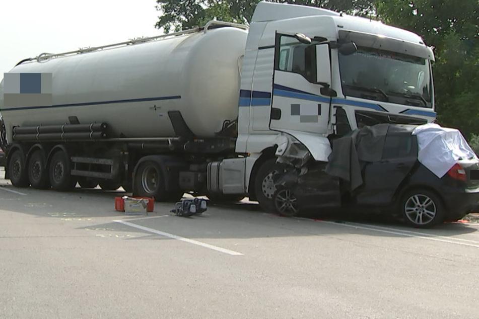 Der Pkw geriet auf die Gegenfahrbahn und raste dort in einen Laster. Der Rettungsdienst konnte nichts mehr für das Unfallopfer tun.