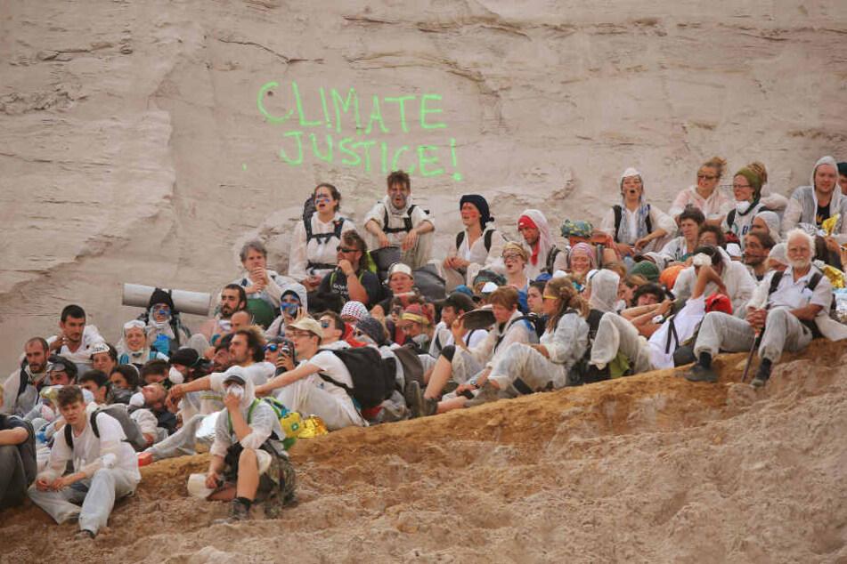 Aktivisten besetzten am Wochenende den Tagebau Garzweiler.