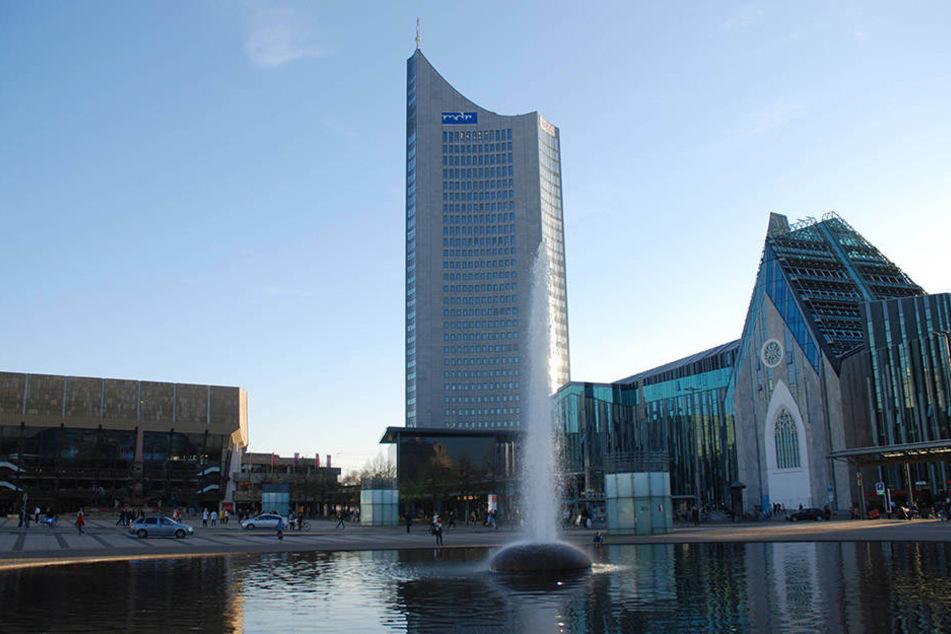 """Der """"Uni-Riese"""", wie das MDR-Gebäude von den Leipzigern genannt wird, und das Gewandhaus (links im Bild) sind beliebte Ziele von Touristen."""