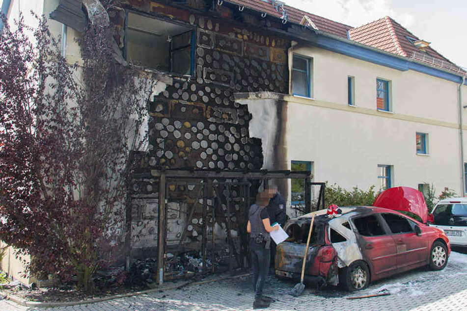 Die Flammen griffen auf das Gebäude und den einen Pkw über. Zwei Stunden waren die Einsatzkräfte der Feuerwehr beschäftigt.
