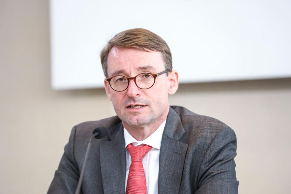 Innenminister Roland Wöller (49, CDU) gelingt es nicht, Rechtsextreme zu entwaffnen, kritisiert die Linke.