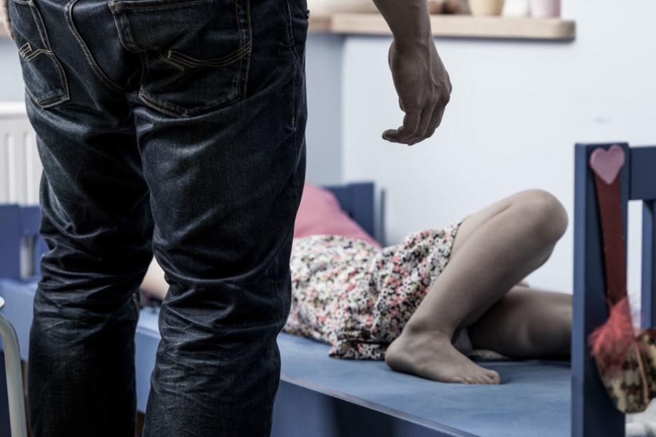 Ein 22-jähriger Mann soll in Halle (Saale) die beiden Kinder seiner damaligen Lebensgefährtin sexuell missbraucht haben. (Symbolbild)