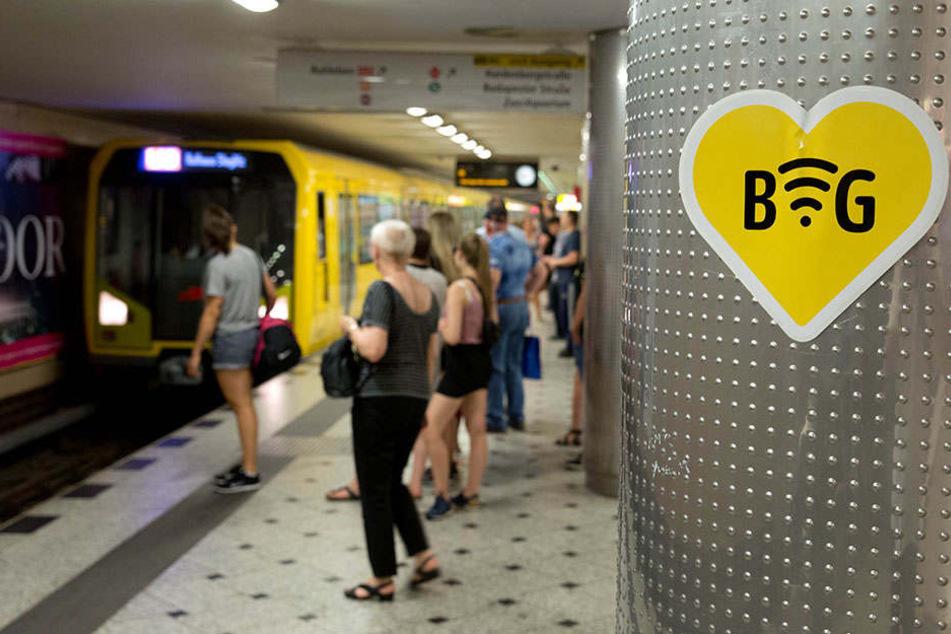 Fast überall in Berlin: Ein Piktogramm weist auf ein freies WLAN im U-Bahnhof Zoologischer Garten in Berlin hin.