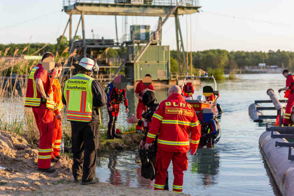 Der junge Mann sprang von einer Anlage des Kieswerkes zirka vier Meter tief ins Wasser - dann verschwand er in den Fluten.