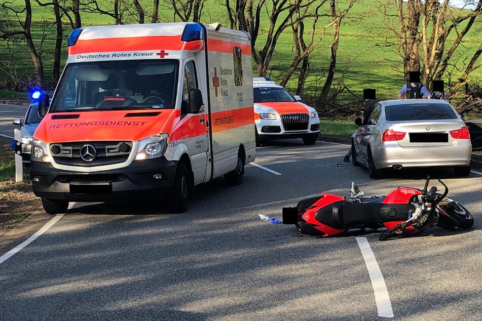 Das Foto zeigt die Unfallstelle auf der L350 in Rheinland-Pfalz: Vorne rechts ist das Wrack des Motorrads zu sehen.
