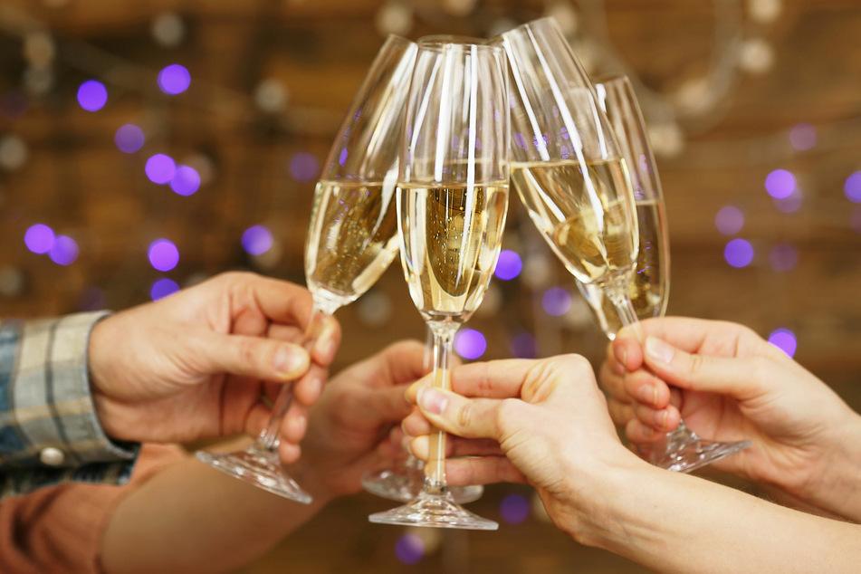 Wegen steigender Corona-Zahlen sollen die Auflagen für Privatfeiern bald strenger werden. (Symbolbild)