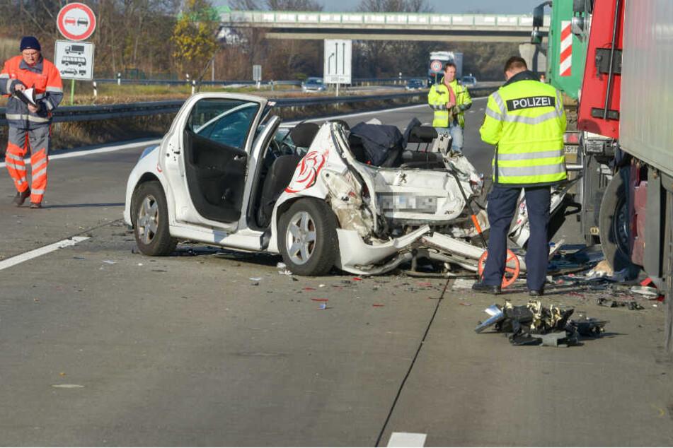 Der Peugeot 207 wurde zwischen zwei Lastwagen eingequetscht und glücklicherweise nach links auf die Fahrbahn geschoben.