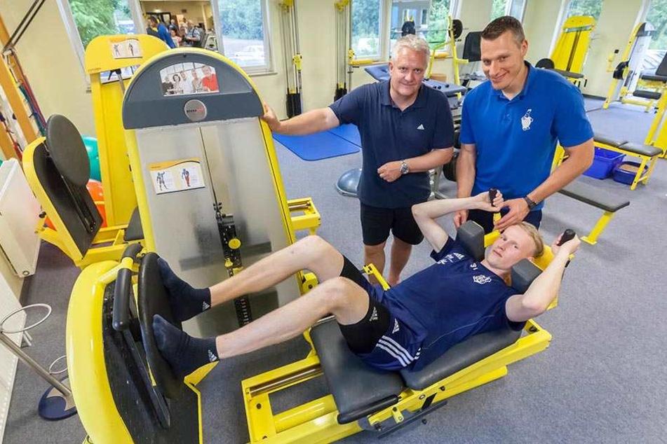Tom Scheffel schuftet in der Reha, Sporttherapeut Sebastian Grihm (r.) und CFC-Sportdirektor Stephan Beutel schauen zu.