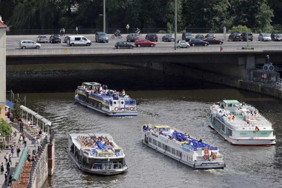 Die Mühlendammbrücke quert in Berlin-Mitte die Spree und ist eine der Hauptverkehrsachsen.