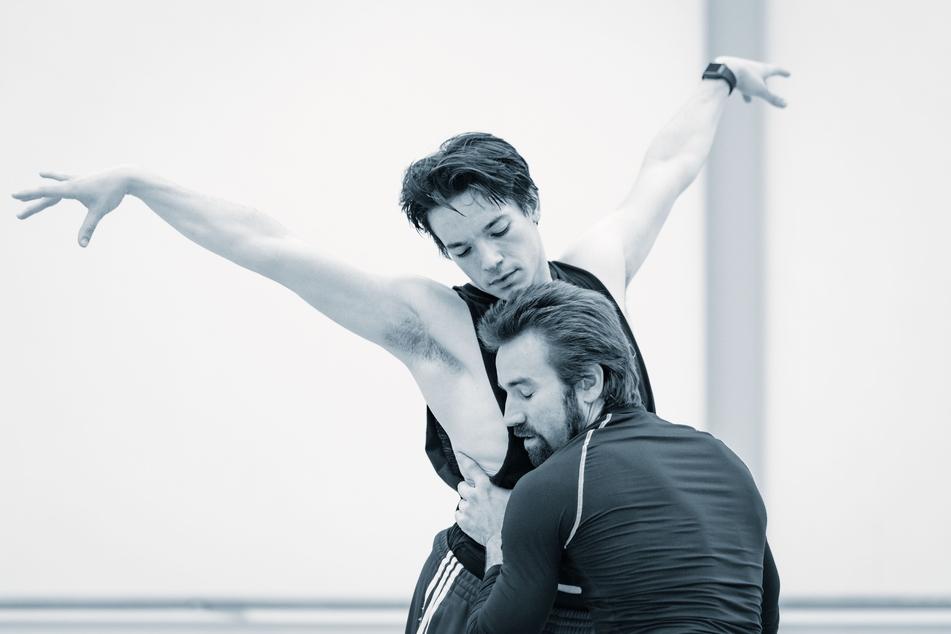 """Eine Probenaufnahme aus David Dawsons Choreografie """"Faun(e)"""", mit Alejandro Martínez und Jón Vallejo."""