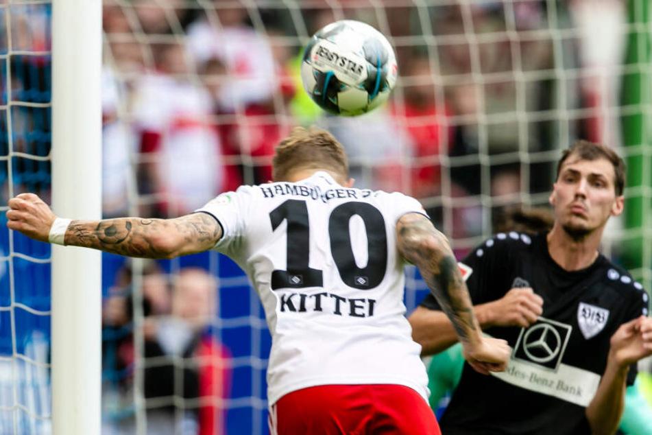 Sonny Kittel köpft den Ball zum zwischenzeitlichen 3:1 an VfB-Verteidiger Pascal Stenzel ins Tor.