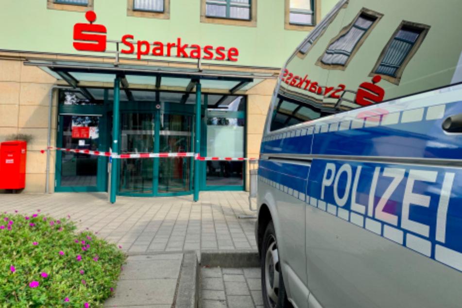 Überfall auf Sparkasse: Täter droht mit Bombe