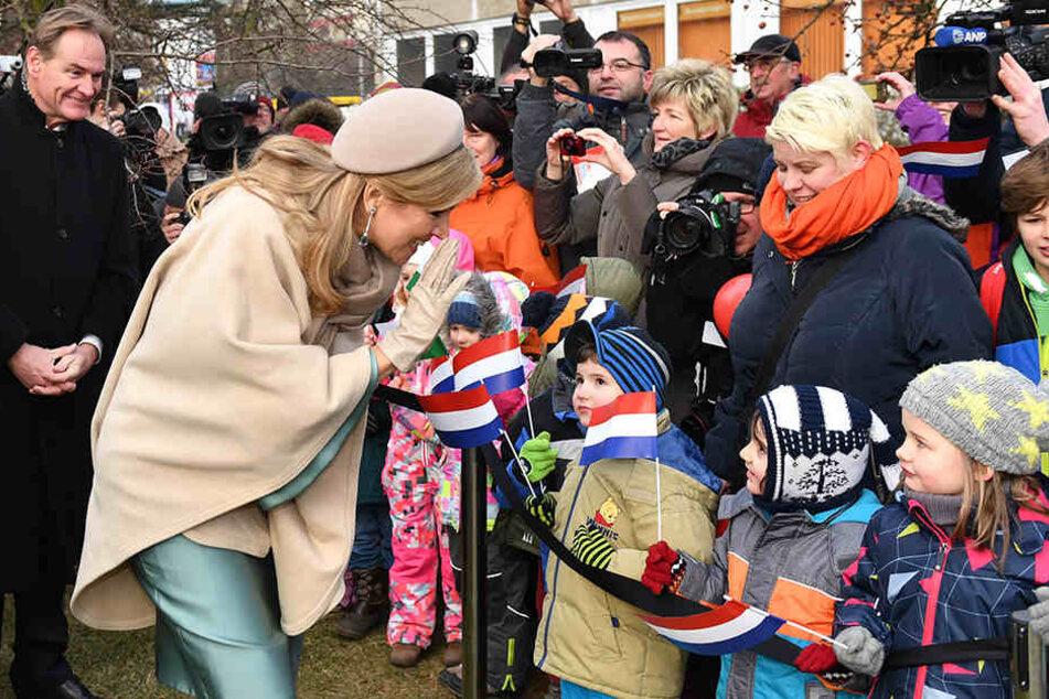 Sichtlich gut gelaunt begrüßt Königin Maxima die kleinen Bewohner Grünaus.