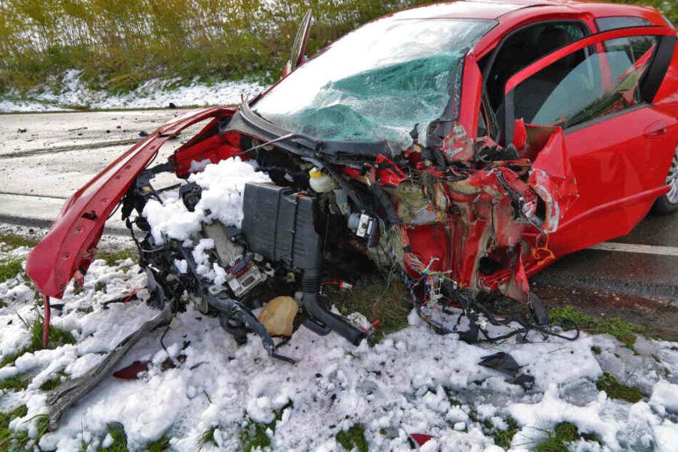 Von einem Fiat Punto blieb nach einem verheerenden Unfall auf der B12 nur noch ein Wrack übrig.