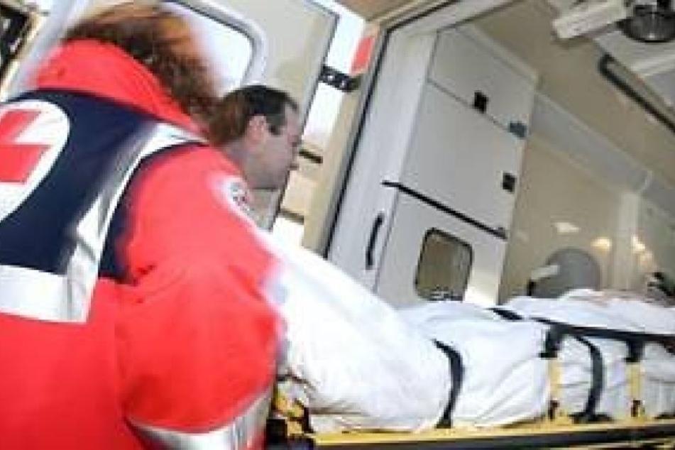Der Fußgänger musste mit schweren Verletzungen in ein Krankenhaus gebracht werden. (Symbolbild)