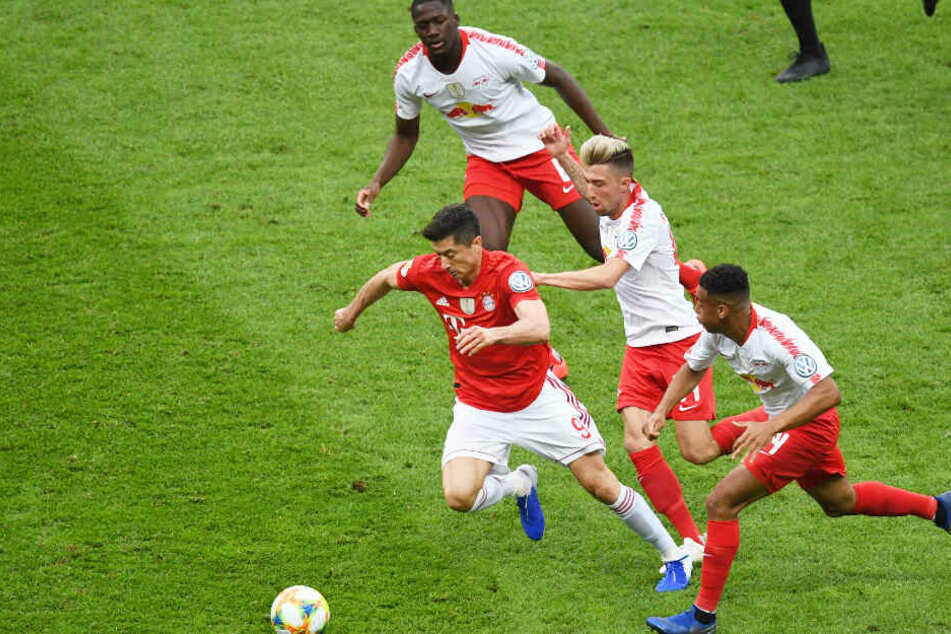 Robert Lewandowski (l.) hielt die Hintermannschaft von RB Leipzig auf Trab.