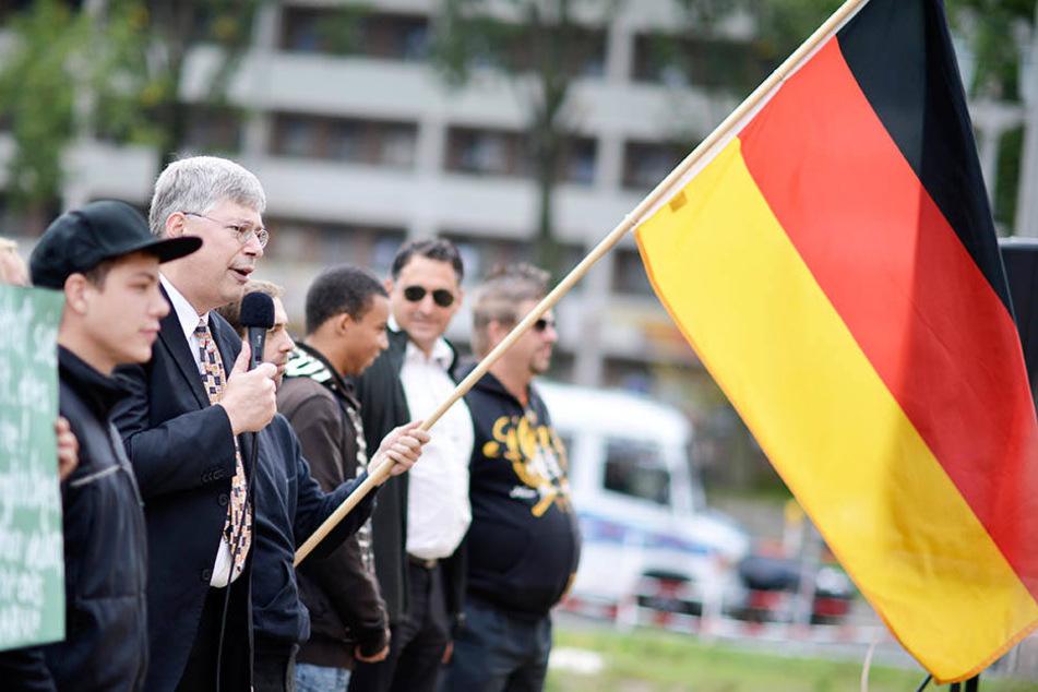 Der Bundesvorsitzende von Pro Deutschland, Manfred Rouhs, (Mitte) bei einer Kundgebung der Partei.