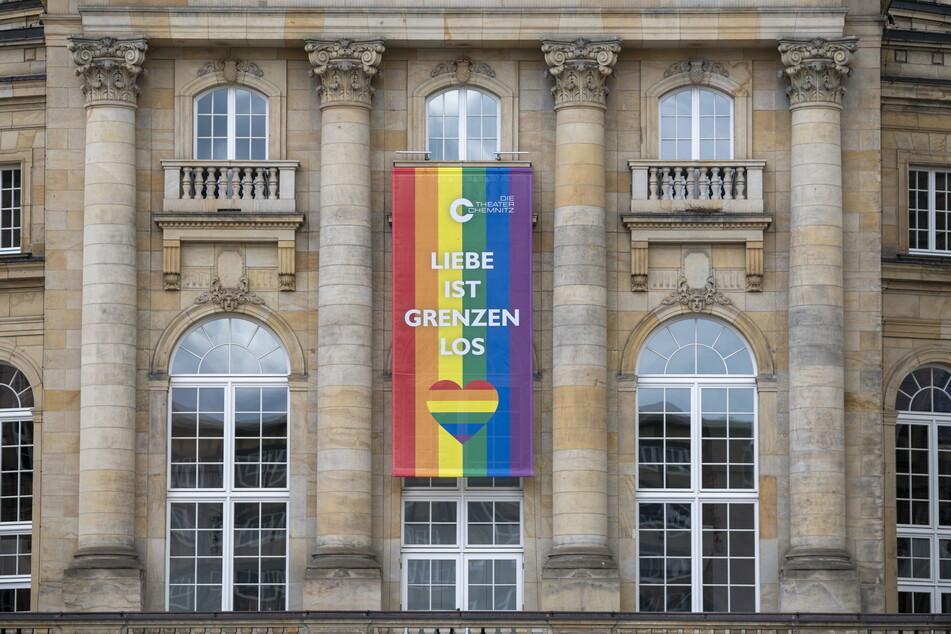 Ein buntes Banner schmückte am Montag das Chemnitzer Opernhaus.