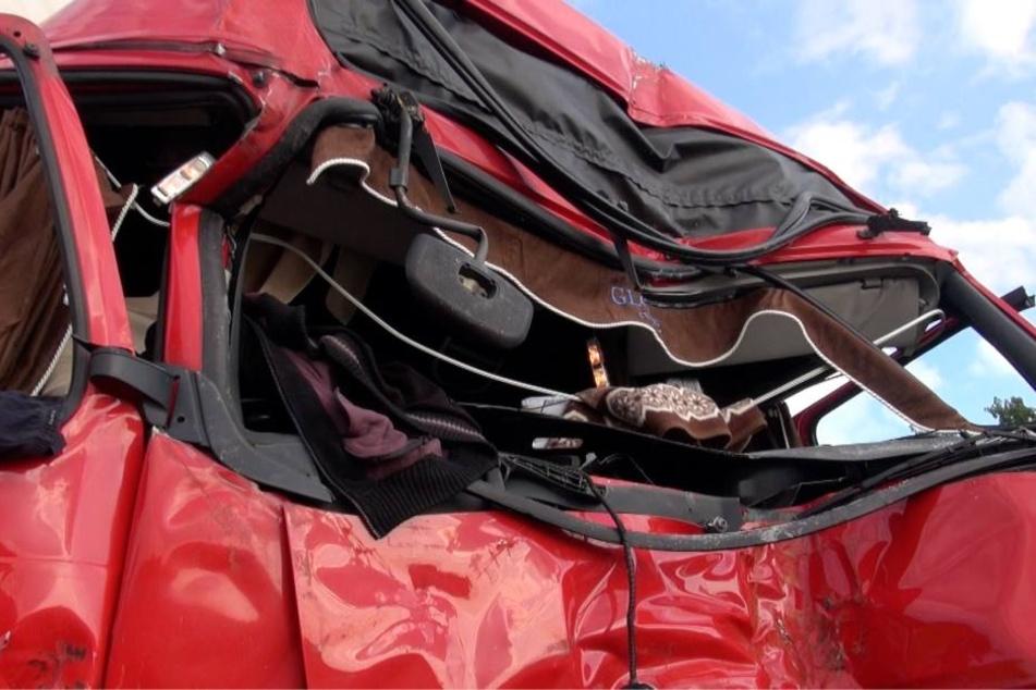 Die Fahrerkabine des Unfallverursachers (45) wurde komplett zerstört.