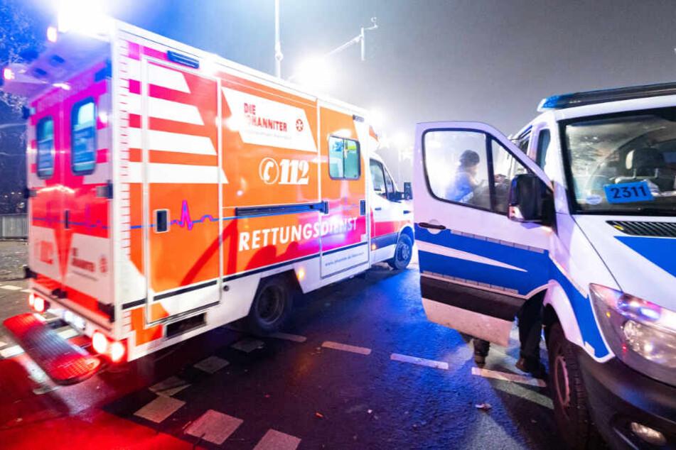 """Ein Rettungswagen passiert in der Silvester-Nacht auf der """"Alten Brücke"""" in Frankfurt ein Polizeiauto."""