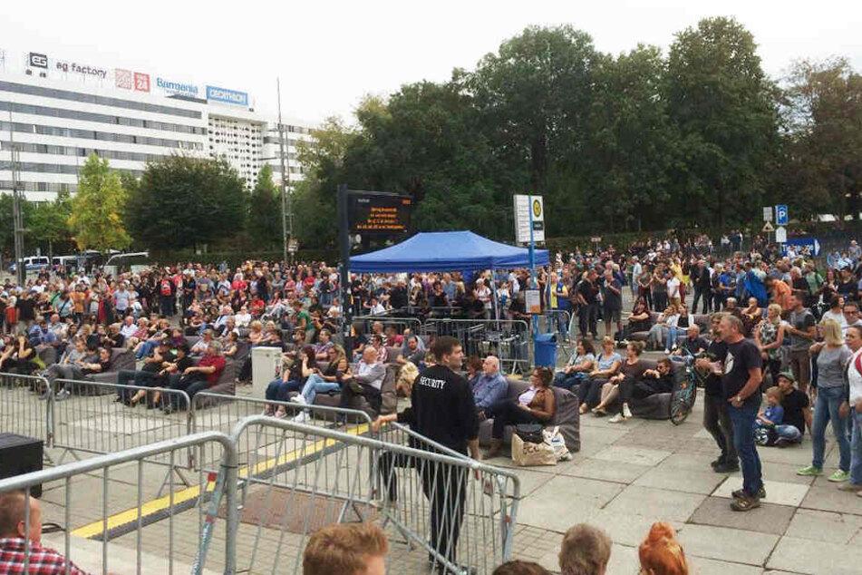Rund 500 Menschen versammelten sich am Karl-Marx-Monument, um ein Zeichen gegen Gewalt und Hetze zu setzen.